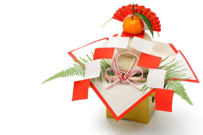 Mochi de Kagami, decoração japonesa tradicional do bolo de arroz do ano novo imagens de stock