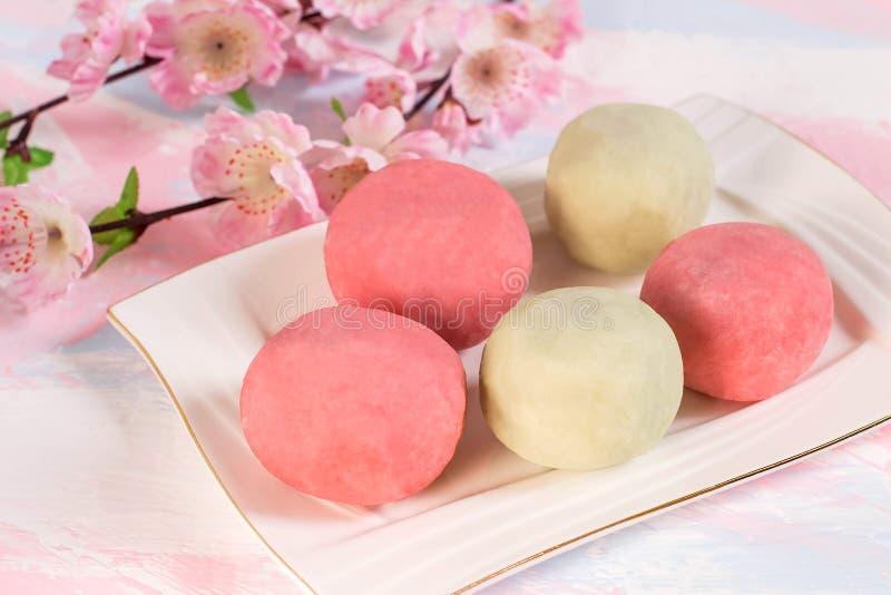 Mochi giapponese di daifuku del dessert con la pasta e lo strawbe dolci del fagiolo immagine stock
