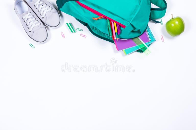 Mochila con efectos de escritorio de la escuela en el fondo blanco imagenes de archivo