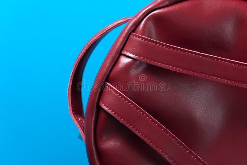 Mochila de cuero roja en fondo azul foto de archivo libre de regalías