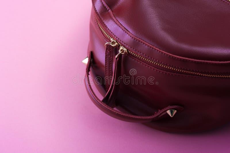 Mochila de cuero roja en fondo rosado foto de archivo libre de regalías