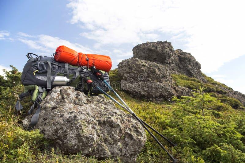 Mochila de la montaña, isopreno y equipo de los palillos del senderismo imagen de archivo
