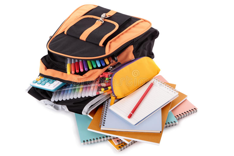 Mochila del bolso de escuela, plumas, libros, fuentes, caja de lápiz, aislada en el fondo blanco imágenes de archivo libres de regalías