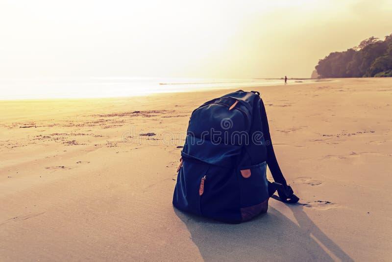 Mochila del viaje en la playa del mar del verano imagen de archivo libre de regalías