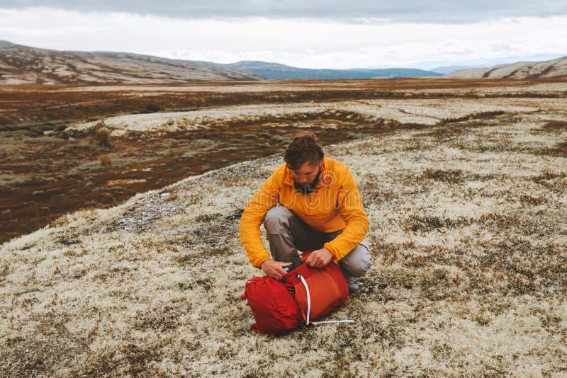 Mochila para mochila para caminatas en las montañas fotos de archivo
