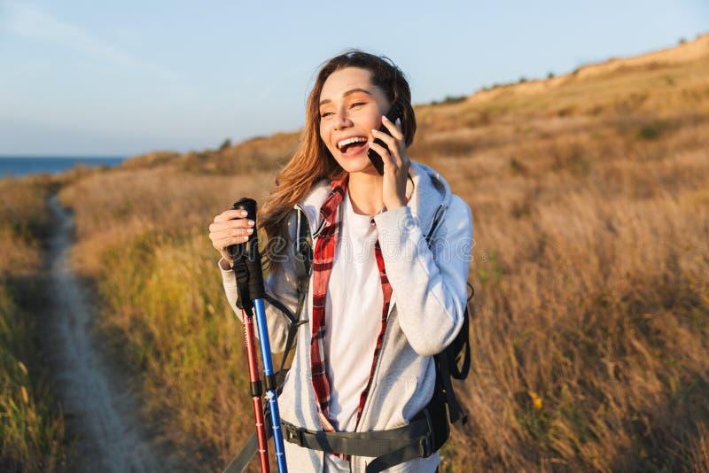 Mochila que lleva de la chica joven feliz fotos de archivo libres de regalías