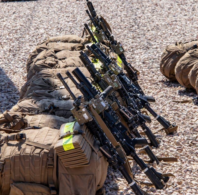 Mochilas y rifles de la infantería en los infantes de marina Facilty de un E.E.U.U. en California fotografía de archivo