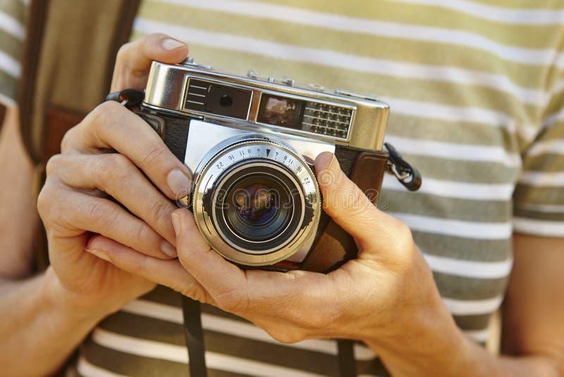 Mochileiro com a câmera do vintage no campo Backgr do curso fotos de stock