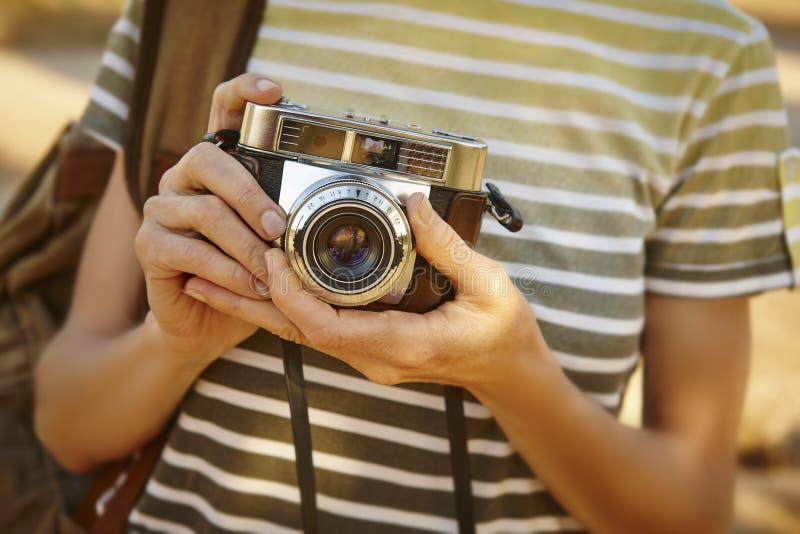 Mochileiro com a câmera do vintage no campo Backgr do curso foto de stock
