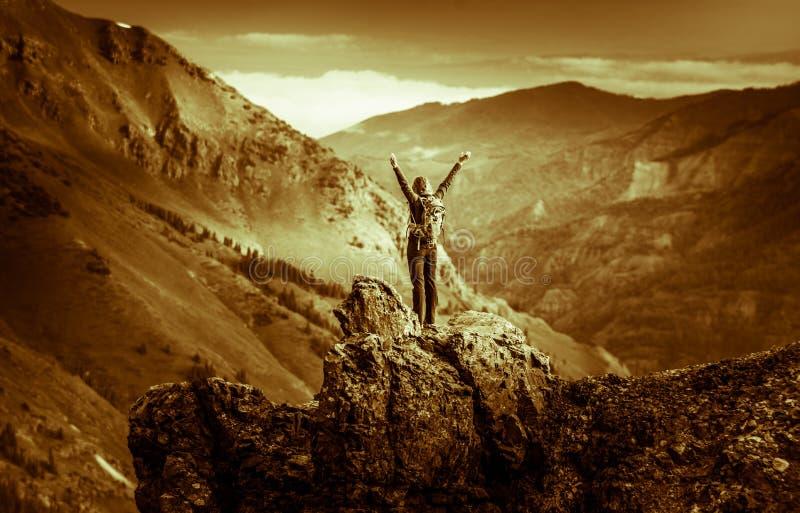 Mochileiro da jovem mulher em Victory Pose com os braços sobre acima aumentados a foto de stock
