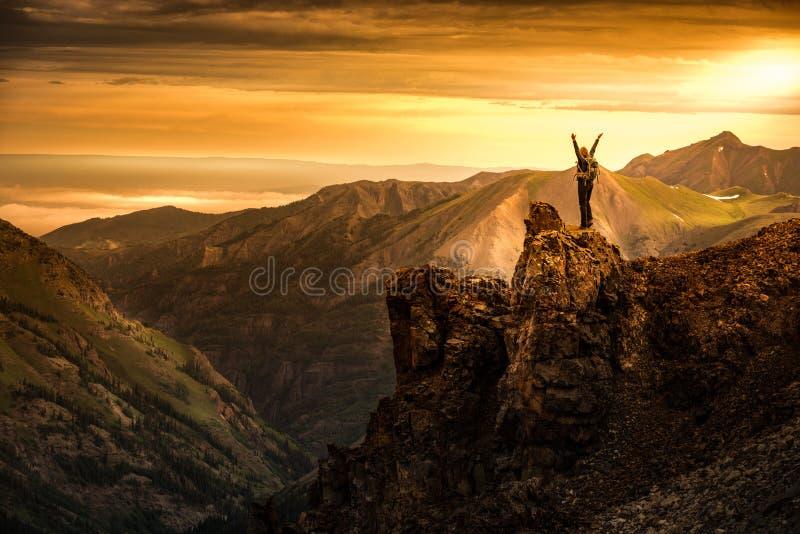 Mochileiro da jovem mulher em Victory Pose com os braços sobre acima aumentados a imagens de stock royalty free