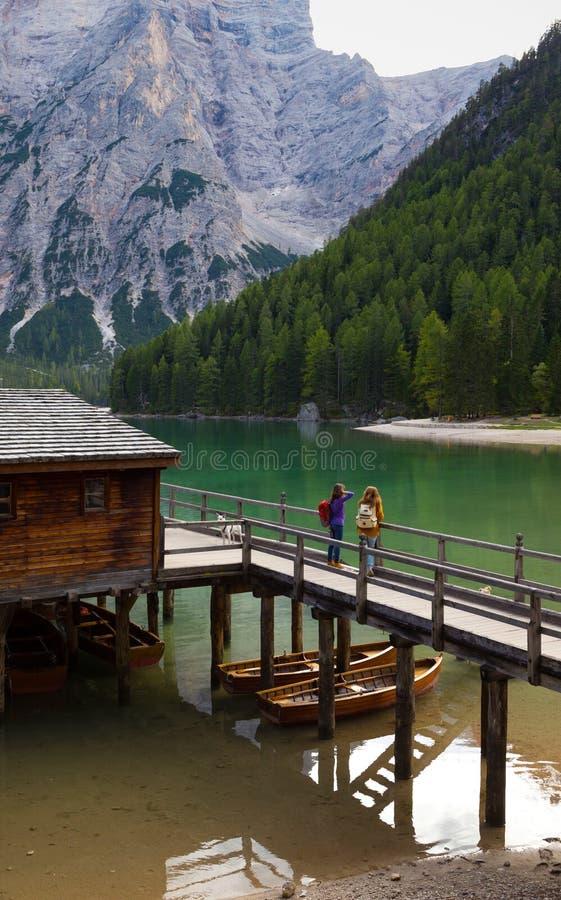 Mochileiro das meninas que olha o lago Braies imagens de stock