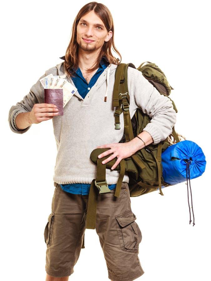 Mochileiro do turista do homem que guarda o dinheiro e o passaporte foto de stock