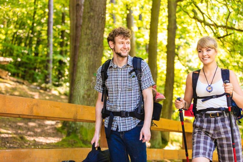 Mochileiro dos pares que caminha no caminho da floresta fotos de stock royalty free