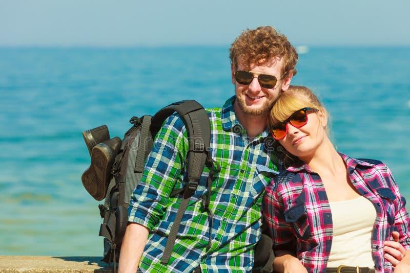 Mochileiro dos pares que vaga pelo beira-mar fotografia de stock