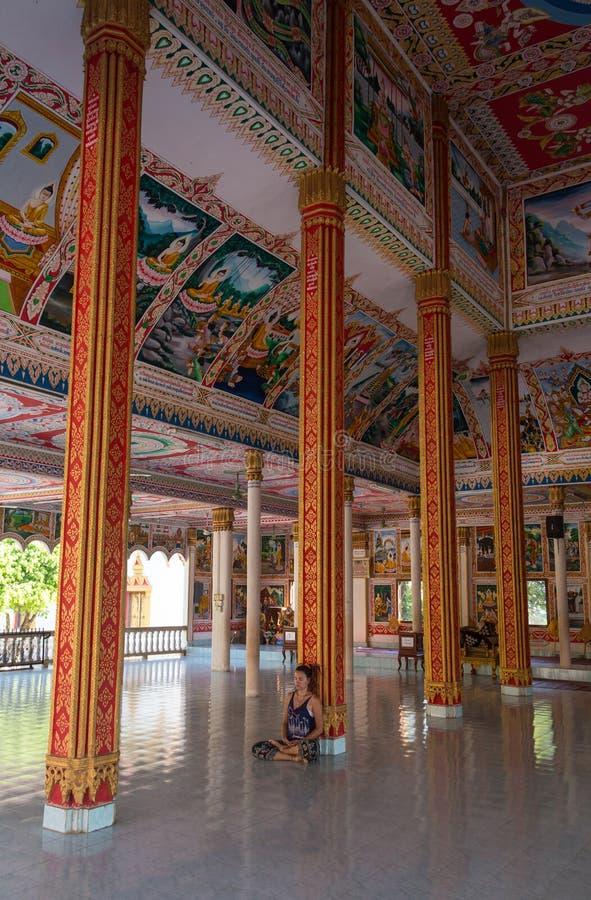 Mochileiro que viaja com trouxa e olhares em stupas budistas myanmar fotos de stock