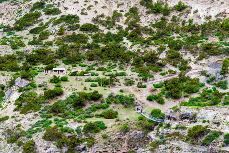 Mochileiros no trajeto trekking na área da conservação de Annapurna, Nepal imagens de stock