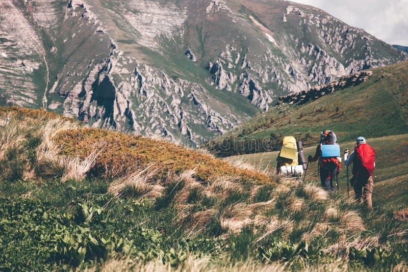 Mochileiros que caminham nas montanhas fotografia de stock royalty free