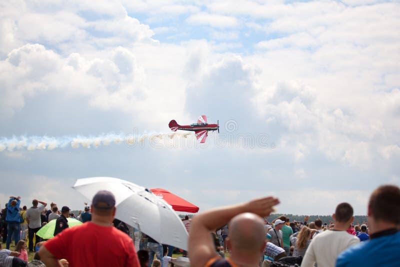 Mochishche机场、地方飞行表演、牦牛52在天空蔚蓝有云彩背景和许多观察者,人们观看aviashow 库存图片