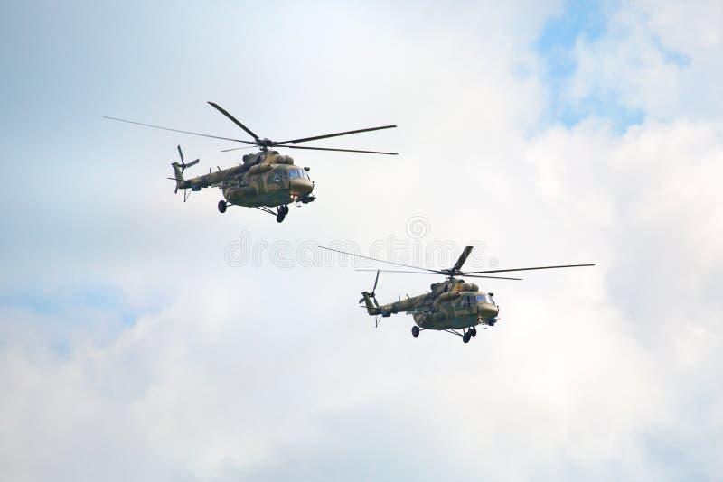 Mochishche机场,地方飞行表演,在天空关闭的两架军用直升机Mi8 免版税库存照片