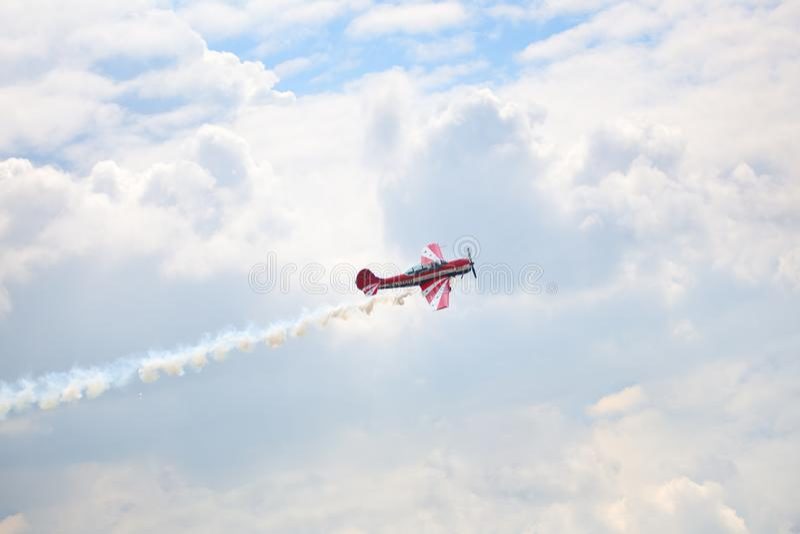 Mochishche机场,地方飞行表演,在天空蔚蓝的牦牛52与云彩背景,关闭 库存图片