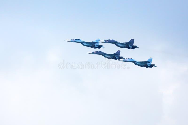 Mochishche机场,地方飞行表演,特技队VKS'俄国猎鹰的Su30 SM,在天空蔚蓝的俄国战机 库存图片