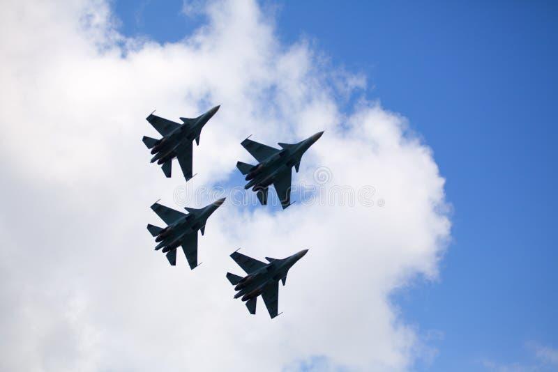 Mochishche flygfält, lokal flygshow, Aerobatic ryska falkars för lag VKS 'Su-30 SM, fyra rysskämpeflygplan i himlen arkivfoton
