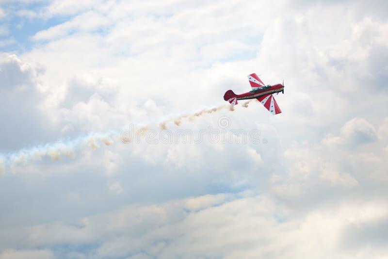 Mochishche flygfält, lokal flygshow, flygplanyak 52 på blå himmel med moln bakgrund, slut upp arkivfoto