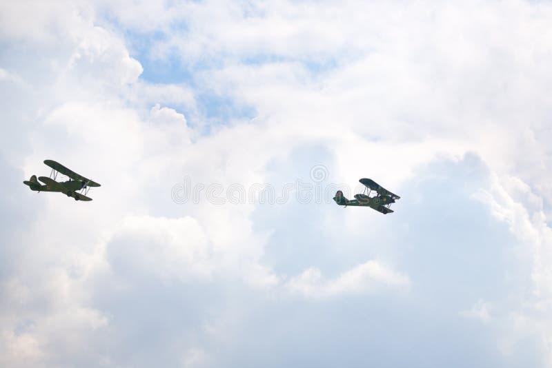 Mochishche flygfält, lokal flygshow, nivå Po-2 för två Polikarpov eller U-2 i den molniga himlen, ryskt spaningsplan arkivbilder