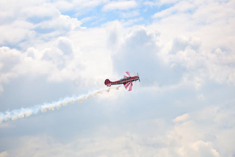 Mochishche flygfält, lokal flygshow, yak 52 på blå himmel med moln bakgrund, slut upp fotografering för bildbyråer