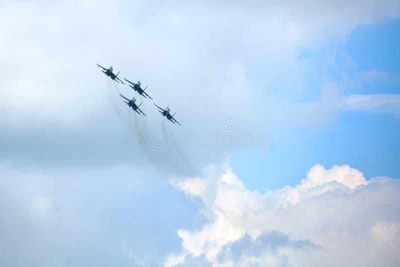 Mochishche lotnisko, lokalny pokaz lotniczy, Aerobatic VKS drużyny «Rosyjski jastrząbka Su-30 SM, cztery rosyjskiego myśliwa w ni zdjęcie stock