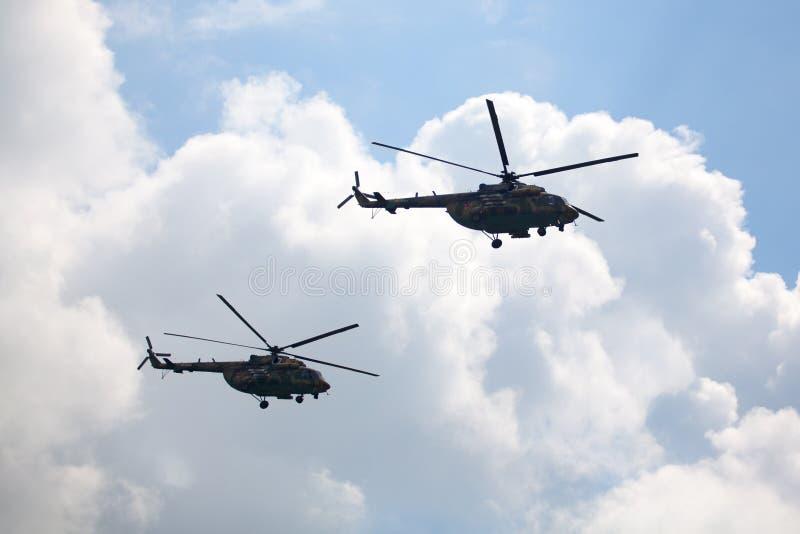 Mochishche lotnisko, lokalny pokaz lotniczy, dwa militarnego helikopteru Mi-8 na niebieskim niebie z białym chmury tłem zamyka w  fotografia royalty free