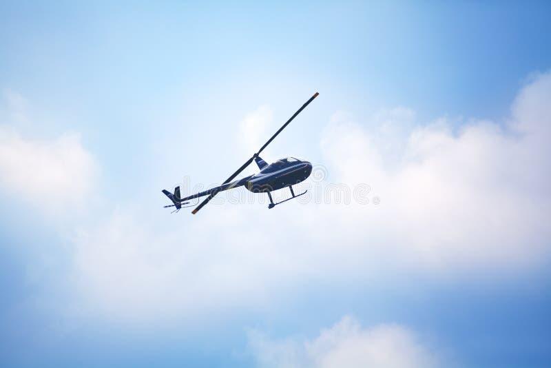 Mochishche lotnisko, lokalny pokaz lotniczy, Robinson R44 helikopter w niebie zdjęcia royalty free
