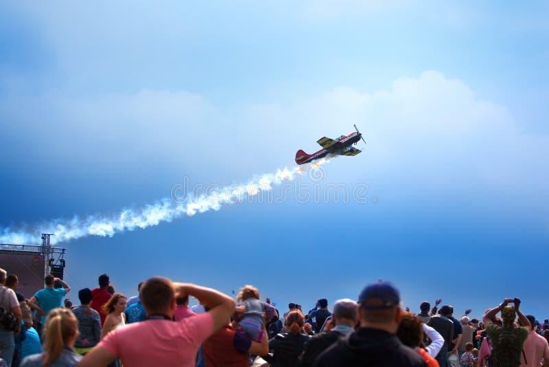 Mochishche lotnisko, lokalny pokaz lotniczy, yak 52 na niebieskim niebie z chmury t?em i wiele widzowie, ludzie ogl?damy aviashow zdjęcie stock