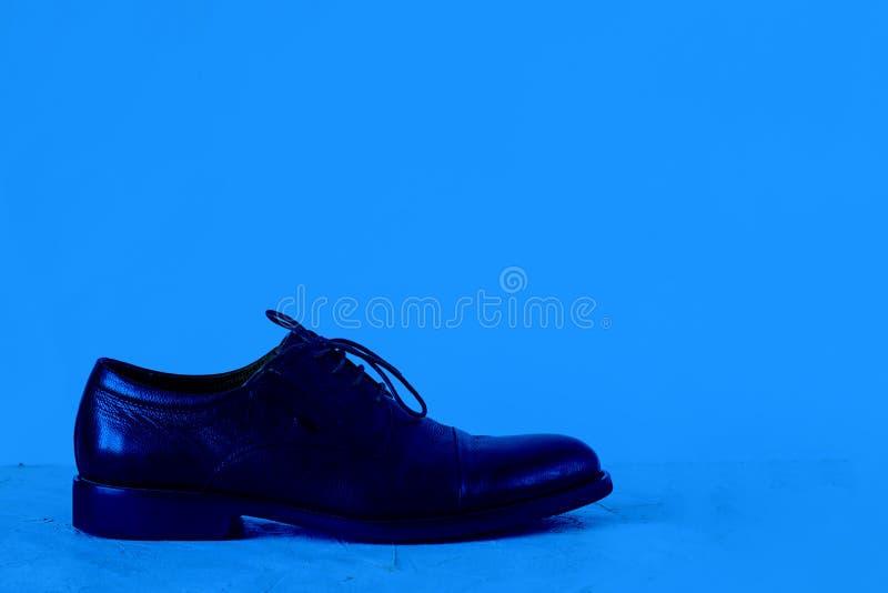 Mock de manschoen op een getextureerde vloer Horizontaal met kopieerruimte voor tekst en ontwerp voor beoordelingen, schoeisel, m stock foto's
