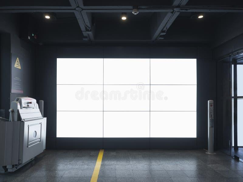 Mock up Digital screen Indoor building Media anunciando com acesso de desativação fotos de stock royalty free