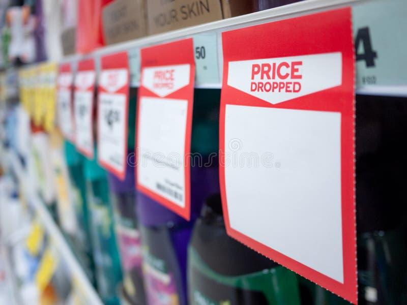 Mock upp mall för papperstagg visar pris som tagits bort med tomt utrymme för text på butikshyllan royaltyfri foto