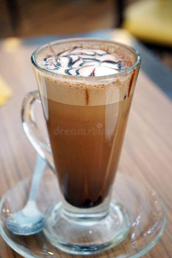 Mockakaffe i exponeringsglas på tabellen arkivfoton