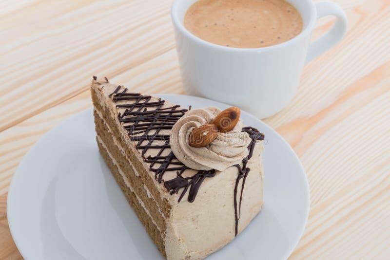 Mockakaka med mandeln och kaffe fotografering för bildbyråer