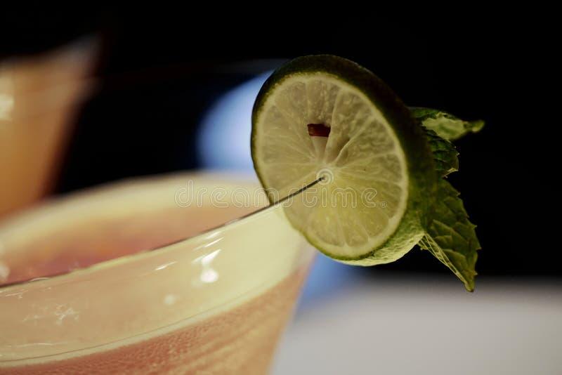 Mocktail con la hoja de la rebanada y de las hierbabuenas de la cal fotos de archivo libres de regalías