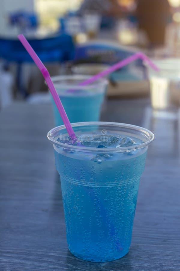 Mocktail tropical - vidro plástico de wi italianos azuis da soda de Havaí imagem de stock royalty free