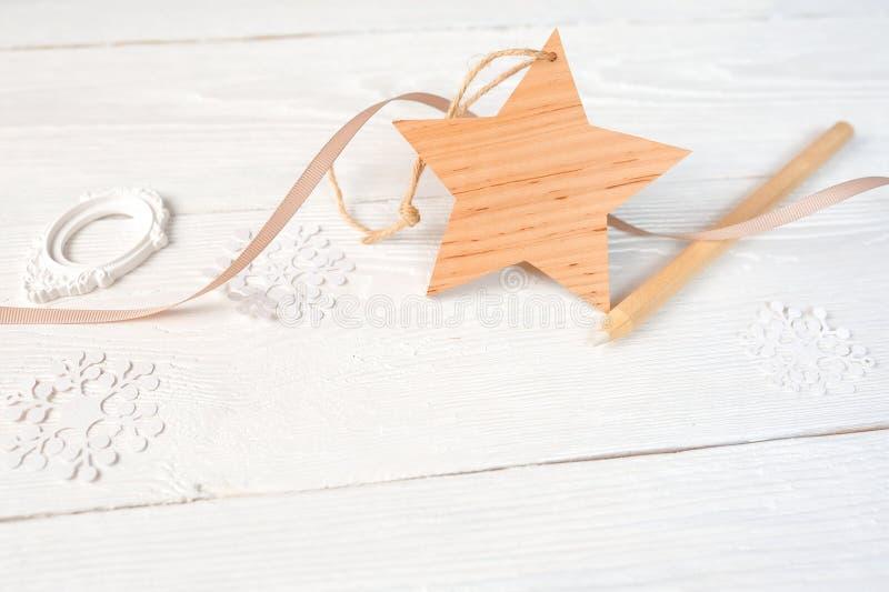 Mockup bożych narodzeń skład Bożenarodzeniowy prezent, gwiazda i ołówek na drewnianym białym tle, Mieszkanie, odgórny widok obraz stock