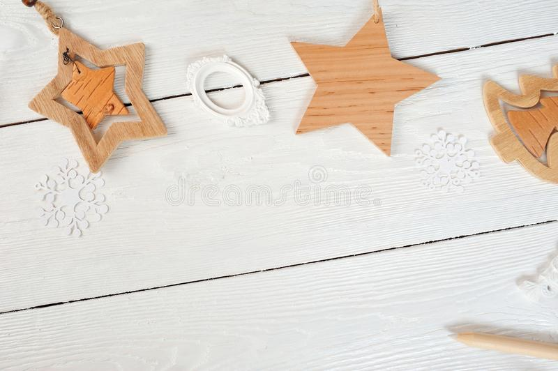 Mockup bożych narodzeń skład Bożenarodzeniowy prezent, serce, gwiazda, jodła rozgałęzia się na drewnianym białym tle Mieszkanie n obrazy stock