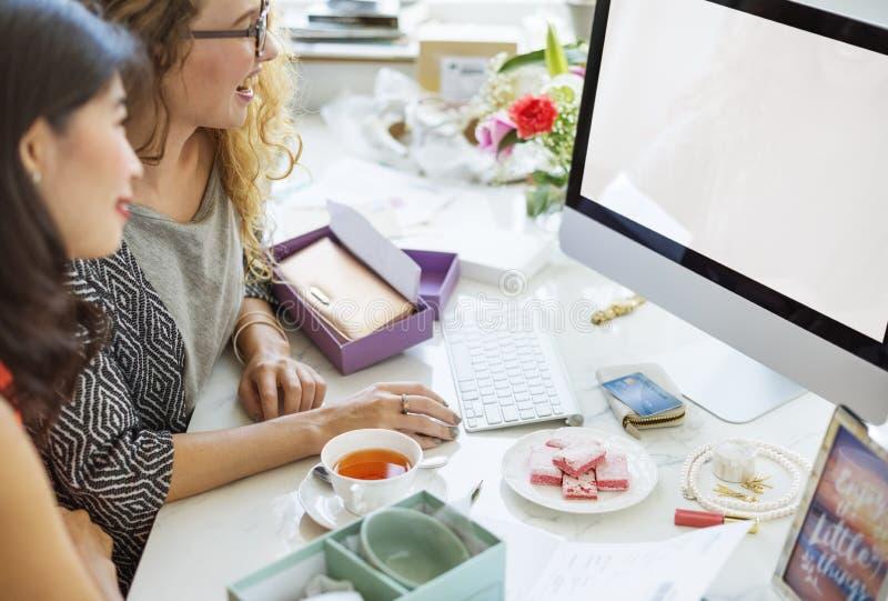 Mockup Copyspace zakupy kobiet Komputerowy pojęcie obraz royalty free