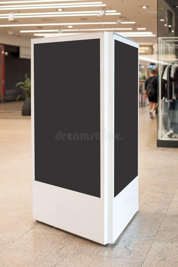 Mockup de deux écrans blancs numériques Panneau d'affichage des médias modernes vierge images stock