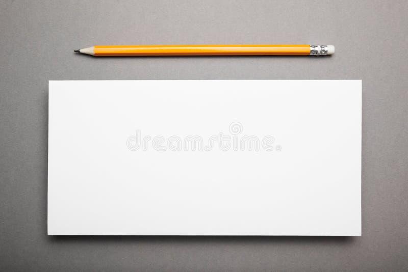 Mockup DL ulotka z ołówkiem na szarym tle zdjęcie stock