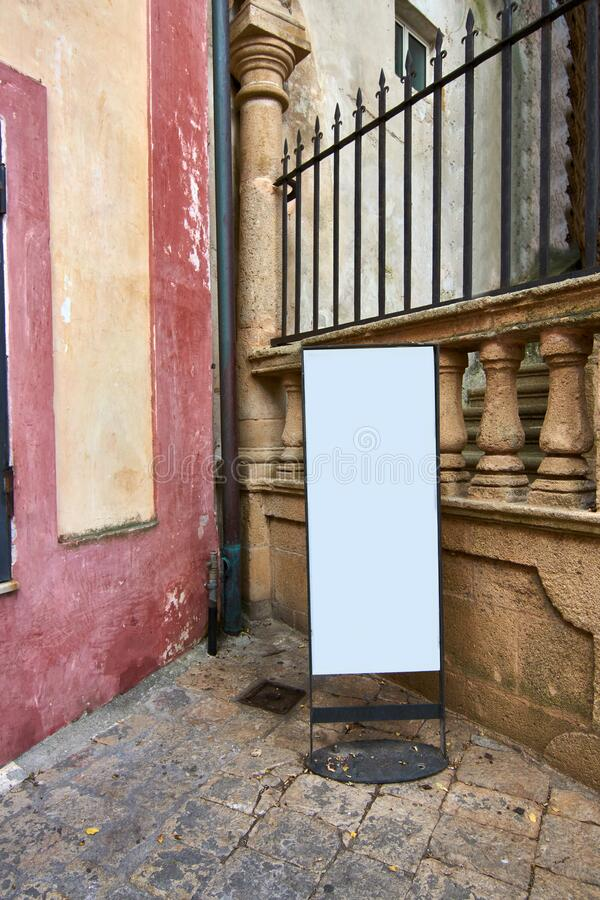 Mockup eines Small Business Billboard an Italy Street lizenzfreies stockfoto