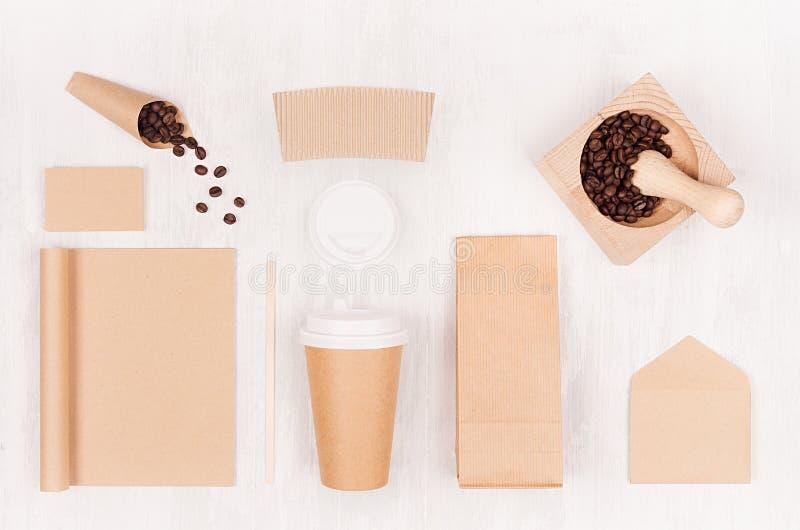 Mockup kocowanie dla kawowych produktów i sklep - brąz papierowa filiżanka, pusty notatnik, paczka, etykietka, karta, moździerz,  obraz royalty free
