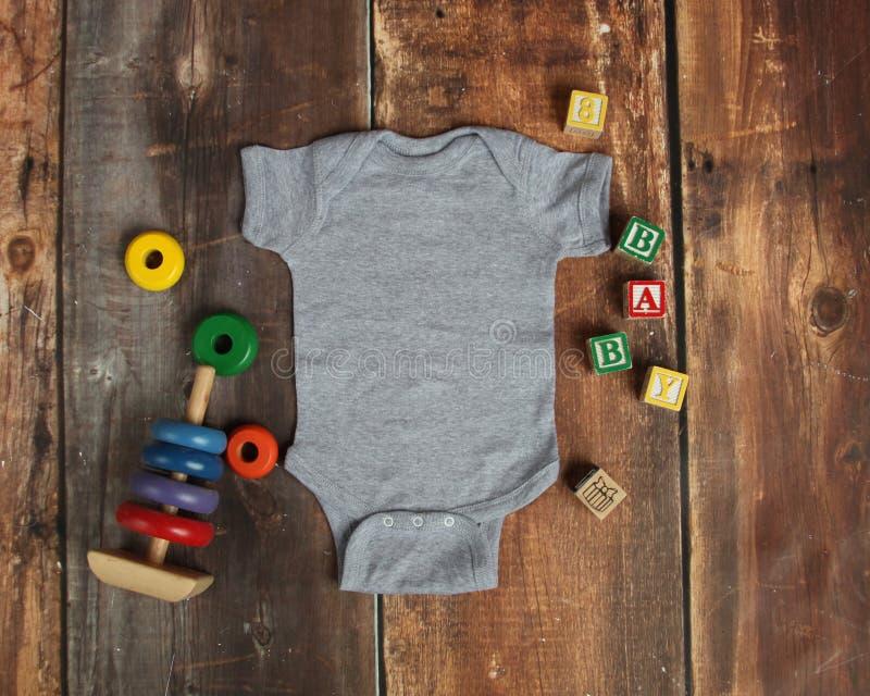 Mockup mieszkanie Lay wrzosu dziecka bodysuit szara koszula o zdjęcie royalty free