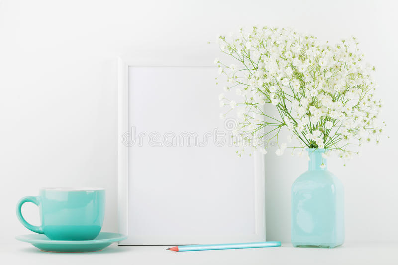 Mockup obrazek ramy dekorujący kwiaty w wazie i filiżanka na bielu stole z czystą przestrzenią dla teksta i projektujemy twój blo obrazy royalty free